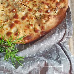 Focaccia - ein Klassiker der bei keinem Grillabend fehlen darf! Das Rezept für dieses leckere Brot habe ich aus dem Buch #Greenbox von @timmaelzer_official  Habt auch ihr ein Lieblingsrezept welches auf keiner Grill-Party fehlen darf?  #fraeuleinsommerfeld #ausdemarchiv #backen #backenistliebe #backenmachtglücklich #grillen #grillenmitfreunden #focaccia #klassiker #timmälzer #veggies #veggierecipes #foodblogger #foodphotography #foodstagram #foodie #foodblogger_de #rezeptbuchcom… Tim Maelzer, Bbq, Dessert, Foodblogger, Pizza, Cheese, Dinner, Party, Food Food