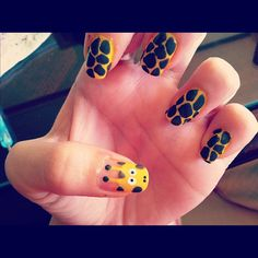 this sample nail art is really pretty..  i'm starting to get addicted of having any giraffe stuffs/styles..