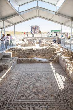 El Mósaico de Cástulo ya luce en todo su esplendor. El Mosaico de los Amores, bajo la nueva cubierta protectora ya terminada.