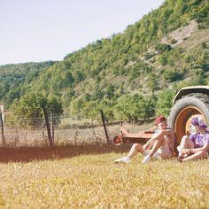 En famille en vacances, Pays de Gourdon ! #noiretblanc #gourdon #PaysdeGourdon #concores #igersgourdon #espritlot #igerslot #igersmidipyrenees #tourismemidipy #tourismemidipyrenees #tracteur #campagne #vacances# #lot #paysdegourdon #famille #enfants #ado