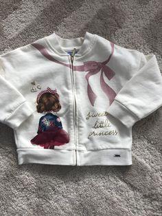 Mayoral mikina na zips bez kapucne s dievčatkom. Sukňa na dievčatku je 3D. Jemná bavlna. Využijete ako k sukni, tak aj k rifliam alebo legínam. Graphic Sweatshirt, Sweatshirts, Sweaters, Fashion, Moda, Fashion Styles, Trainers, Sweater, Sweatshirt