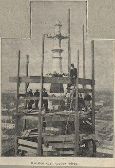 13442258_1009589062409726_7698613211639679488_n.jpg (653×960) Trzy zdjęcia z czasów fest archaicznie odległych.  Nasza Praga kochana i budowa Floriana ... rym nie przypadkowy. Fotografia z majstrowania zwieńczenia wieży jest fenomenalnie wspaniała, ciekawe jak oni to machnęli ? Dronem odpada, może z drugiej wieżycy lub kładki ? Kościół budowano w latach 1887-1904, według projektu Józefa Piusa Dziekońskiego. Jegomość miał fenomenalne rączkie do takich budowli ! Materiał ze strony polona.pl