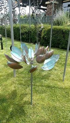 The Lotus Beautiful wind sculpture bu Lyman Whitaker. Kinetic Wind Art, Kinetic Wind Spinners, Lotus Sculpture, Sculpture Art, Outdoor Sculpture, Metal Yard Art, Scrap Metal Art, Diy Garden, Garden Art