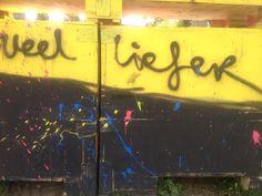 veel liefer.  dit is met graffiti op een muur geschreven.