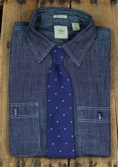 Geht immer: Blau und blauer - Jeanshemd mit dunkelblauer, dezent gepunkteter Krawatte