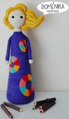 Doll in needle felting by Doménika Handmade (Eugenia Ramos Psijas) Wet Felting, Needle Felting, Fabric Dolls, Gourds, Art Dolls, Doll Clothes, Dinosaur Stuffed Animal, Crafty, Wool