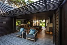 CAAHT Studio Architects created a retreat consisting of two gable cabins in Matarangi, a town on the Coromandel Peninsula of New Zealand. Contemporary Cabin, Cedar Cladding, Living In New Zealand, Hawaii Homes, Facade House, House Facades, Indoor Outdoor Living, Cabin Homes, Kit Homes