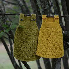 En kjole med et gammel strikkemaskindiagram foran og glattstrikk bak – en kjole som blir til tunika som ender som vest for den lille. Den strikkes nedenfra og opp, på rundpinner før den deles i bærestykket som strikkes fram og tilbake.