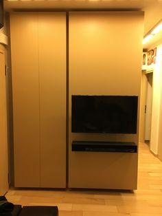Πάνελ TV και ντουλάπα.