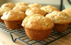 Banana Bread/Muffins: How about a delicious way to get some potassium and vitamin K down the hatch? These heart-healthy muffins are surefire crowd pleaser. Dessert Simple, Muffins Nature, Banana Yogurt Muffins, Donut Muffins, Carrot Muffins, Breakfast Muffins, Cinnamon Donuts, Cupcakes, Chocolate Muffins