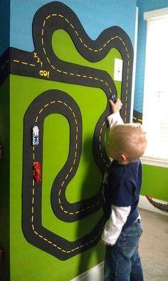 Une idée originale pour les chambres d'enfants ou les salles de jeux. Paint Trade Centre vous propose cette astuce pour ne plus retrouver de voitures sur le chemin! Tout ce qu'il vous faut est de la peinture magnétique et des aimants pour les voitures ou d'autres jouets, soyez créatifs! Plus de conseils dans nos magasins www.painttrade.be