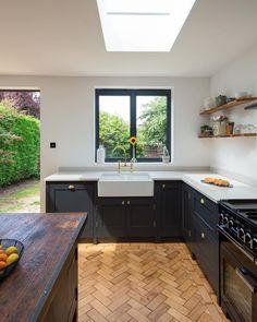 Small Open Plan Kitchens, Grey Shaker Kitchen, Open Plan Kitchen Dining Living, Kitchen Diner Extension, Open Plan Kitchen Diner, Living Room Kitchen, Dark Grey Kitchen, Shaker Style Kitchens, Kitchen Small
