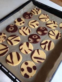 """Facilissimi da fare questi divertenti biscotti di frolla zebrati e leopardati doppio gusto... Perfetti per le feste dei bambini o per un """"Fashion Tea Time""""... Biscotti Cookies, Galletas Cookies, Cake Cookies, Cupcakes, Cookie Recipes, Dessert Recipes, Cute Desserts, Dessert Buffet, Sweet Cakes"""