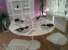 Decorando com o tom lilás. Sala de jantar com parede de fundo pintado de lilás. http://conexaodecor.com/2017/12/decoracao-com-tom-lilas/