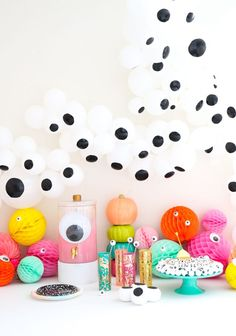 A cool selection with the easiest googly eyes things to DIY for a creepy, colorful and fun Halloween Party! A Eye Balloon Garland, A Kailo Chic Life Happy Halloween, Modern Halloween, Halloween Season, Halloween Party Decor, Holidays Halloween, Halloween Crafts, Pink Halloween, Halloween Birthday, Halloween 2020