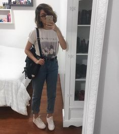 High waisted pant outfits are trending this season. They are too agreeable to wear and look chic and fashionable. View these high waist pants outfit ideas. Mode Outfits, Jean Outfits, Casual Outfits, Grunge School Outfits, 80s Style Outfits, Back To School Outfits, Fall Outfits, 90s Fashion, Korean Fashion