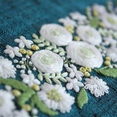* . 白い花 . . #刺繍#手刺繍#ステッチ#手芸#embroidery#handembroidery#stitching#needlework#자수#broderie#bordado#вишивка#stickerei