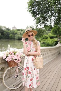 Floral dress wicker purse outfit for spring by Blair Eadie Flower Dresses, Fall Dresses, Girls Dresses, Spring Outfits Women, Summer Outfits, Spring Look, Spring Style, Glenda, Moda Floral