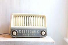 1940s Vintage Radio, General Electric, Cream, Plastic, Tube Radio, Broadcast Radio, Home Decor, Set Design, Table Radio, Retro Home Decor MollyFinds