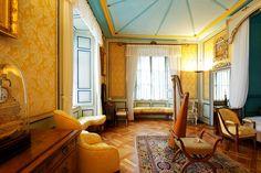 Schloss Arenenberg. Det är lätt att förstå vad Napoleons styvdotter, Hortense de Beauharnais, föll för. Läget vid Bodensjön är svindlande vackert. Under sin tid i exil lät hon här bygga ett unikt slott i fransk empir.