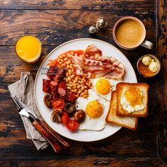 English breakfast - English breakfast with fried eggs, sausages, bacon, beans, toasts and coffee Breakfast Plate, Best Breakfast, English Breakfast Ideas, Sausage Breakfast, Breakfast Photography, Food Photography, Brunch Recipes, Breakfast Recipes, English Food