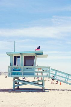 Venice Beach lifeguard stand photo, on www.lovelyindeed.com/venice-beach/