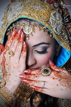 I love everything about Indian culture. I want hena tattoos,saris, bling and color. Desi Wedding, Wedding Beauty, We Are The World, Henna Art, Red Henna, Henna Mehndi, Mehendi, Indian Bridal, Bridal Henna
