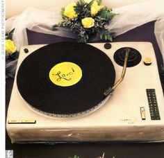 Love Songs ♥ How amazing is this vinyl grooms cake? A cake like this is great for your music loving hubby @BlushEvents310