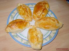 The stuffed buns pirozhki are one of the most famous dishes of Russian cuisine. They are made of yeast dough and stuffed with meat or vegetable. Russian Dishes, Russian Recipes, Soft Pretzels, Polish Recipes, Looks Yummy, Finger Foods, I Foods, Bakery, Favorite Recipes