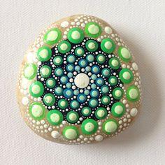Gros rocher Dot Art Mandala peint Pierre cadeau décoration peint en vert chalet