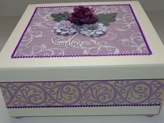 Caixa em MDF 25x25 decorada com stencil, carimbo, strass, flores de papel e tecido. Para dar um acabemnto especial pezinho em madeira