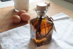 Estratto di vaniglia facilissimo e veloce con soli due ingredienti! Il vero aroma di vaniglia naturale al posto della vanillina per dolci, biscotti, torte, waffle, pancakes, creme, budini. Idea regalo per Natale. Biscotti, Waffle, Rum, Perfume Bottles, Home, Gift, Perfume Bottle, Rome, Cookie Recipes