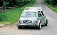 mini cooper // Normally I don't go for roof racks, but this one is nice. Mini Cooper S, Mini Cooper Classic, Classic Mini, Cooper Car, Classic Cars, Fiat 500, Automobile, Minis, Mini One