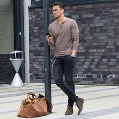 Acheter+la+tenue+sur+Lookastic:+https://lookastic.fr/mode-homme/tenues/pull-a-col-boutonne-jean-skinny-bottines-chukka/21091+  —+Pull+à+col+boutonné+brun+ —+Jean+skinny+noir+ —+Montre+argenté+ —+Fourre-tout+en+cuir+brun+ —+Bottines+chukka+en+daim+brunes+foncées+