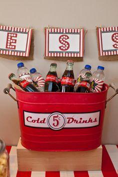 Se não tiver um recipiente desses,vale investir em um balde colorido ou caixas de plástico. O bom é que depois pode usar para guardar brinquedos ou organizador. Colocar tag com o nome da criança faz toda diferença. Se conseguir adicionar nas garrafinhas melhor ainda.