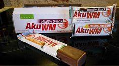 AkuWM Healty Snack (Aku večeře) – sladká tečka na závěr dne  AkuWM Healty Snack (Aku večeře) – sladká tečka na závěr dne  Za chvíli se přiblíží čas večeře a tak vás ještě seznámím co v tu dobu jím. AkuWM Healty Snack je chutná tyčinka ve třech příchutích a to čokoládová, citronová a ananasová. Mám rád všechny tři. Opět je konzistentní se sladkou chutí v čokoládové polevě. Aku večeře je mým posledním, třetím hlavním jídlem dne.