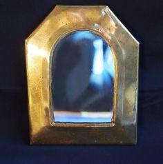 El espejo enmugrecido La luz, atravesaba los finos cristales, de unos pequeños ventanales, en la pequeña casa, de la viuda...