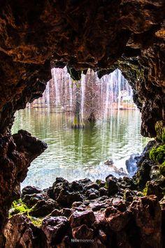 Palacio de Cristal ..... La Cueva, Retiro, Madrid Una foto mala y un lugar para un beso....