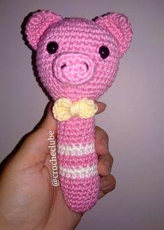 Quer fazer um chocalho amigurumi de porquinho? Veja aqui uma receita fácil, rápida e grátis de amigurumi chocalho, com o passo a passo em português. Crochet Hats, Crochet Baby Toys, Crochet Animal Amigurumi, Crochet Purses, Crochet Dolls, Amigurumi Patterns, Dots, Knitting Hats