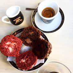 Muffin al cioccolato e muffin frutti rossi e yogurt con un bel caffè