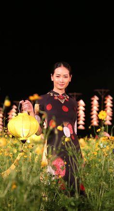 Hoi Hoa Hue & Ao Dai. Hue Traditional Craft Festival 2017. Designer : Do Trinh Hoai Nam. Photo : Huy Anh