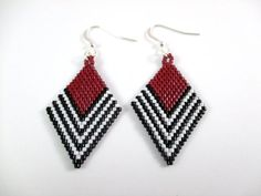 """Chevron Diamond Weaved Earrings This pair of """"Diamond Weaved Earrings"""" are in the chevron pattern. These earrings are made using bead weaving techniques with beading thread and seed beads. Seed Bead Jewelry, Bead Jewellery, Seed Bead Earrings, Beaded Jewelry, Beaded Bracelets, Seed Beads, Hoop Earrings, Beaded Earrings Patterns, Beading Patterns"""