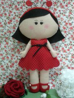 Menina joaninha em feltro com enchimento acrílico. Pode ser utilizada em decorações de quartos e festas infantis ou simplesmente como um lindo presente!! R$ 45,00