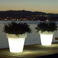 Dé specialist in verlichte en onverlichte potten! Potten voor binnen en buiten, bestand tegen UV-licht en watervast, met LED of spaarlamp, van klein tot een enorme 2 meter! Ze kunnen gevonden worden op VerlichteBloemPotten.nl.