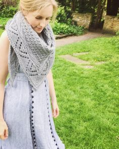 Saeth Chunky Shawl Knitting pattern by Frances Othen-Wales 1940s Hairstyles Short, Braided Hairstyles Updo, Formal Hairstyles, Updo Hairstyle, Braided Updo, Updos, Wedding Hairstyles, Modern Haircuts, Short Blonde