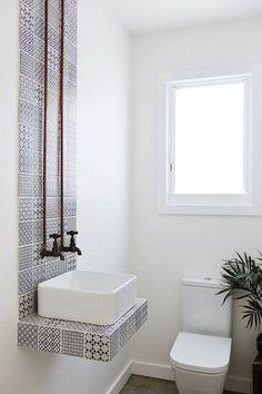 Dieses wunderschöne Waschbecken im Landhausstil hat mich gelehrt, was Kendall Charcoal ist und das ich es in meiner winzigen Wohnung brauche. Bathroom Design Small, Bathroom Interior Design, Bathroom Ideas, Bath Design, Funny Bathroom, Toilet Design, Bathroom Styling, Bathroom Remodeling, Bathroom Flooring