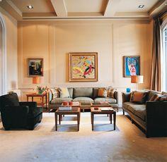 Salón - AD España, © Daniel Riera En uno de los salones, las mesas laterales son de madera de sicomoro con sobre de galuchat, diseño de la decoradora. La alfombra es de lino, lisa, en un tono muy claro. Tanto las mesas de centro en ébano como el sofá y las butacas han sido diseñadas por Patricia Sanchiz.