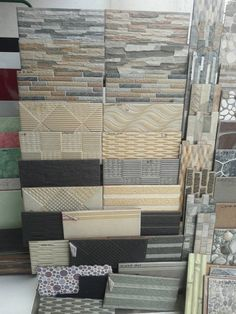 Wall stone garden beautiful new Ideas Front Wall Tiles, Traditional Front Doors, Stone Accent Walls, Zen House, Wall Tiles Design, Plafond Design, Wall Mirrors Set, Indian Homes, Rustic Curtains