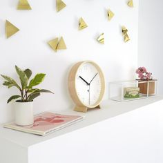 Sada z 16 zlatých trojúhelníčků k dekorování zdí. Rozměry: 7,5 x 7,5 cm jeden puntík x 16ks.
