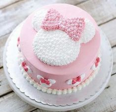 Today's post is about wonderful cakes in the Minnie Rosa version! Beautiful, sweet, delicate theme that is always on the rise ! Bolo Do Mickey Mouse, Bolo Minnie, Minnie Mouse Birthday Cakes, Minnie Cake, Birthday Cake Girls, Mini Mouse Cake, Disney Cakes, Girl Cakes, Buttercream Cake